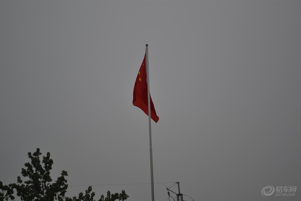 五星红旗迎风飘!