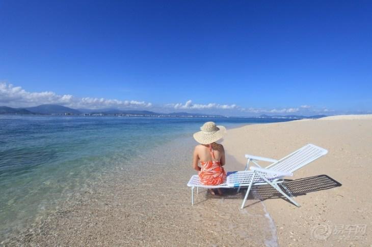 西岛,全称西瑁洲岛,坐落在三亚市西南8海里的三亚湾海域,是海南第二大岛。西岛门票148元。西岛与毗邻的东岛(东瑁洲岛)恰似在碧波中鼓浪而行的两只玳瑁,波浮双玳自古便是三亚的一道胜境。西岛旅游度假区是主要依托西岛旖旎的自然风光、独特的生态资源和浓郁的岛屿风情开发建设的大型海岛休闲度假胜地和观光景区。一港两岛是西岛旅游度假区的总体空间构成,即肖旗港客运码头、西岛海上游乐世界、牛王岛游览区。五部十景是西岛旅游度假区的核心吸引物,即潜水、海上运动、拖伞、海钓、沙滩五大休闲运动俱乐部;海角金沙、金牛望海、