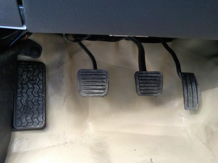 车上那个是刹车离合器和油门啊 离合器除刹车外还有什么作用啊图片