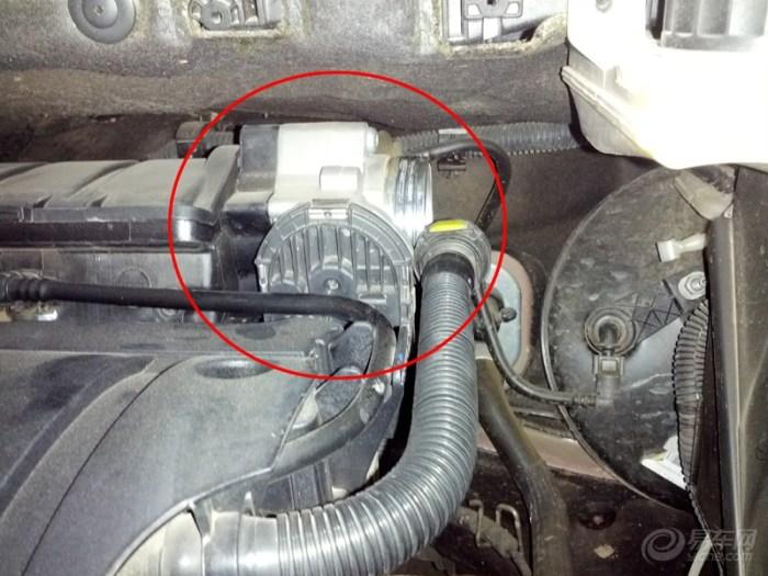 标致308 1.6L更换空气滤芯及清洗节气门高清图片