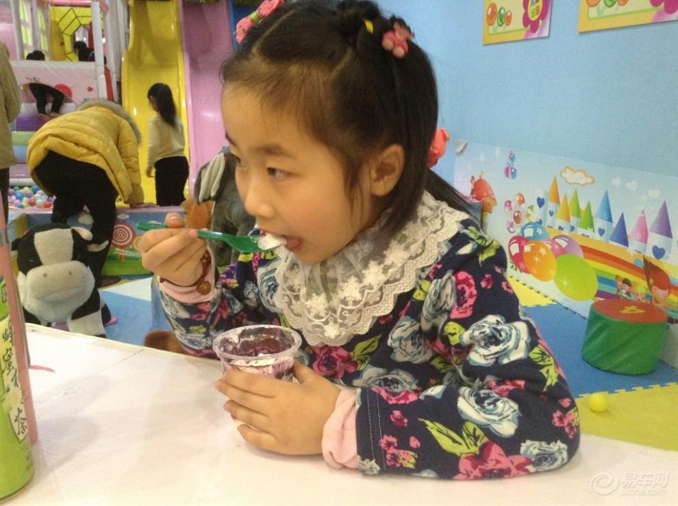 【【宝贝快乐秀】小美女吃冰激凌!】 超级宝贝