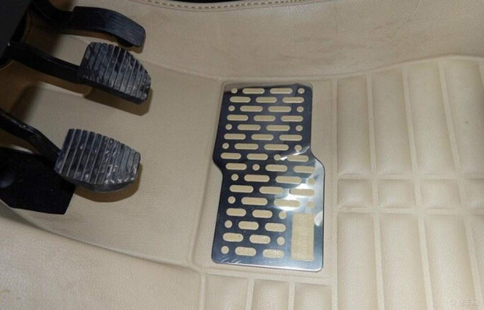 东风标致2008的全景天窗是他最大的卖点 高清图片