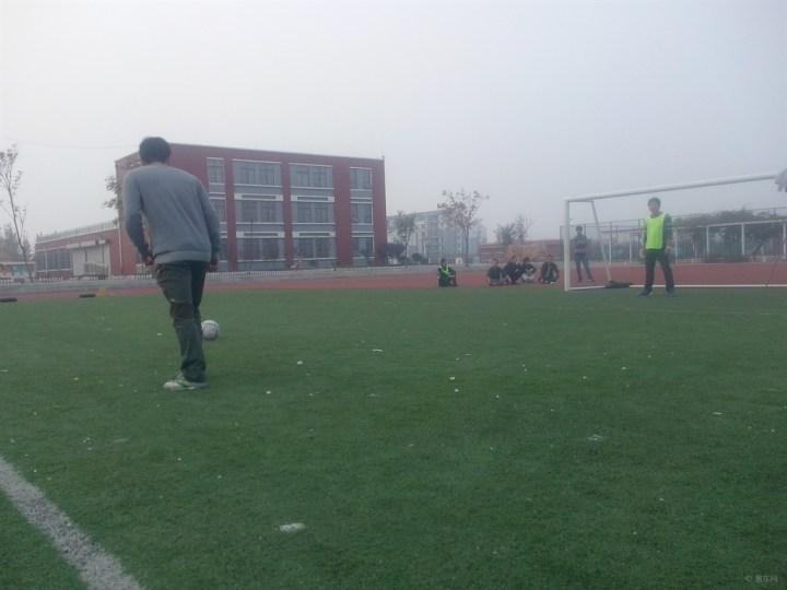 周末小聚踢踢足球运动下