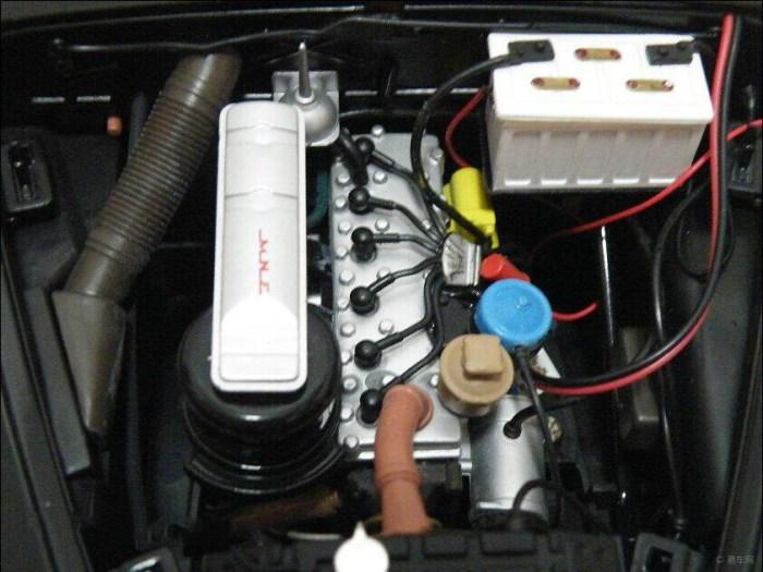宋庆龄 吉姆 伟大国/右边接着线路的白盒子就是车的电瓶,也是模型的电瓶,里面加入...