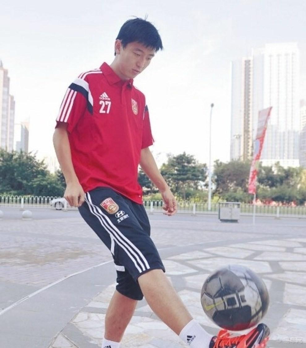 【【足球盛宴]正能量!足球人颠球募集善款 61】