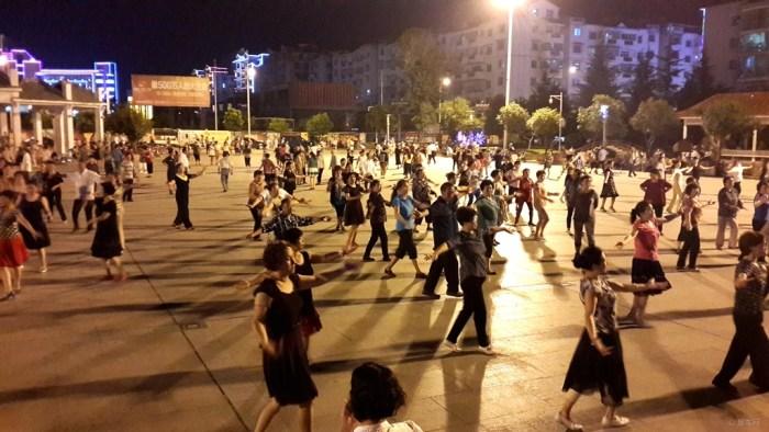 夜晚的广场真热闹