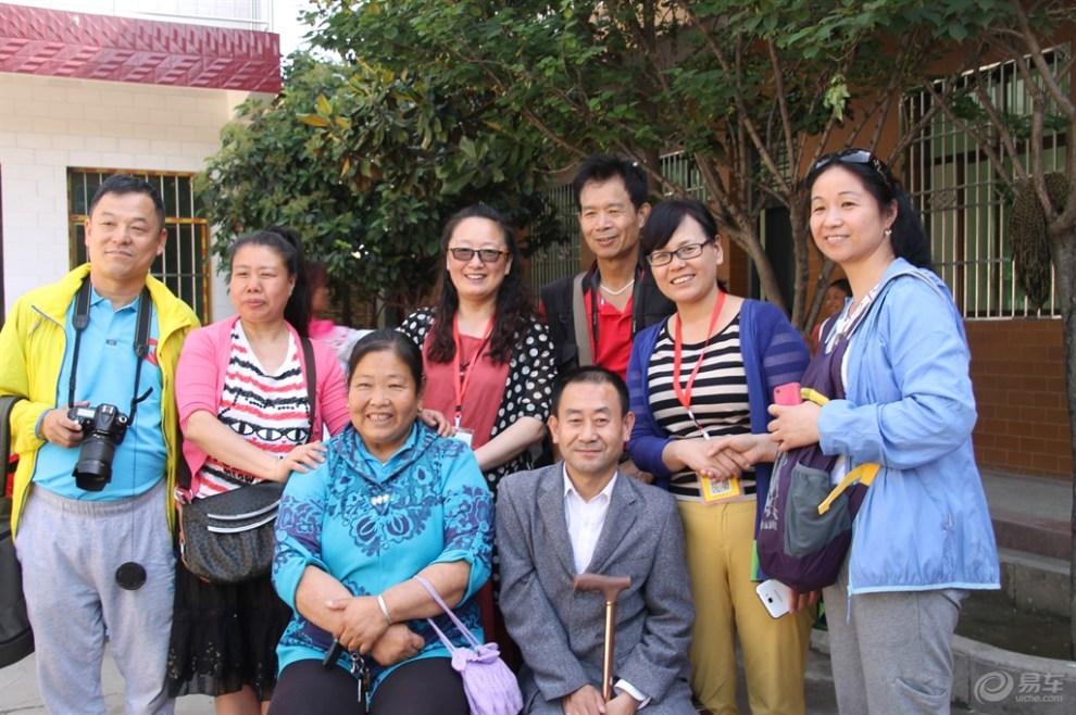 慰问周至聋哑学校的校长和孩子们