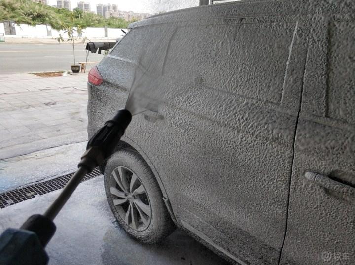 使用洗车机自已动手清洗博越车身
