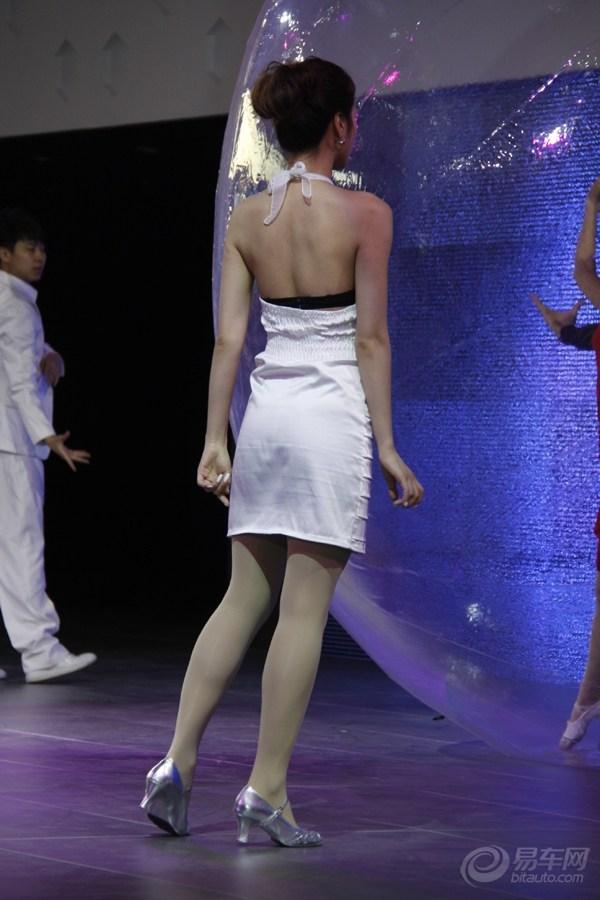 亚洲艳舞写真bt种子_【东风汽车展台】艳舞美女白裙滑落 不慎走光