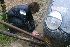 奇瑞QQ掉沟里的事故现场