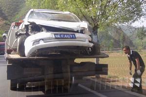 偶遇轿车坠沟事故